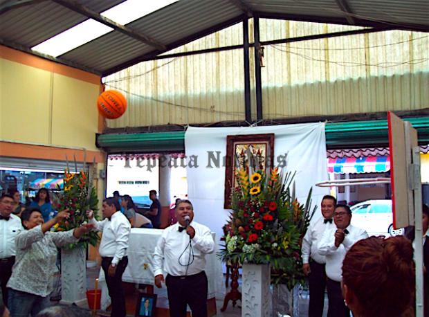 Celebran comerciantes del mercado de Tepeaca a mamás por Día de la Madre