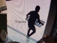Más robos en Tepeaca; captan a banda de delincuentes saqueando ferretería en el centro.