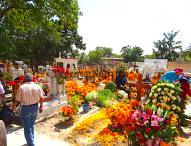 Celebran en panteones de Tepeaca festividad de los Fieles Difuntos