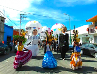 Realizan boda con marmotas y  bailes oaxaqueños en calles de Tepeaca